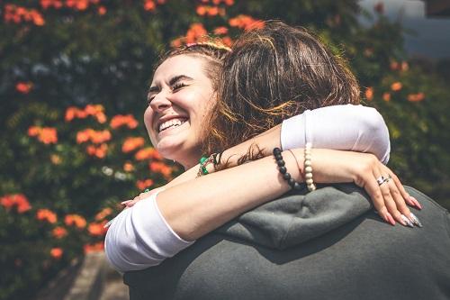 su ex la abrazó